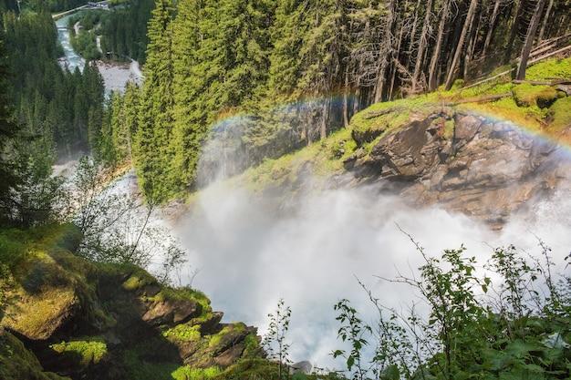 夏の日の山のアルプスにインスピレーションを与えるクリムルの滝を表示します。オーストリア、ホーエタウアーン国立公園でのトレッキング