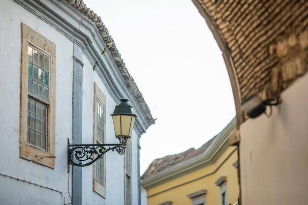 Mostra su architettura sulla vecchia strada della città di faro, algarve, portogallo.