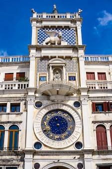 イタリア、ベニスのサンマルコ広場にある古代時計torredell'orologioで見る