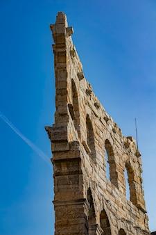 Вид на древнюю веронскую арену в италии