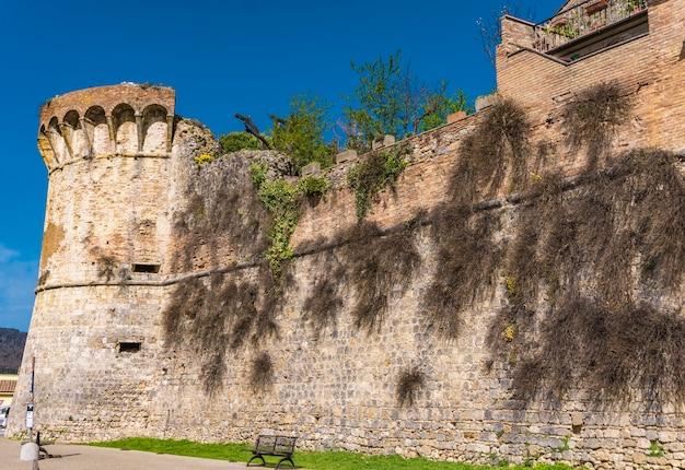 Вид на древние стены в сан-джиминьяно, тоскана, италия