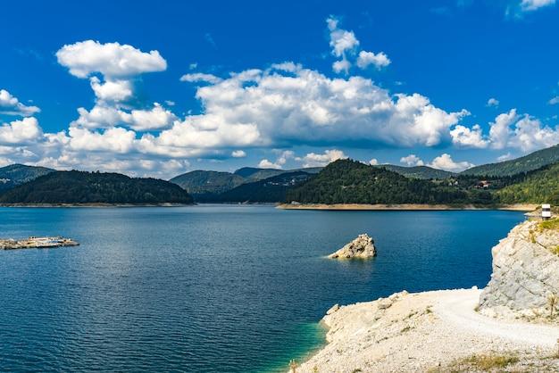 セルビアの人工zaovine湖で見る