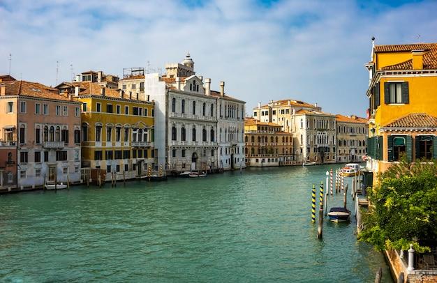 イタリア、ヴェネツィアのグランデ運河のボートで見る