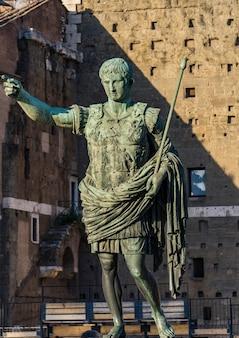 Вид на статую цезаря октавиана августа перед рынком древнего траяна в риме, италия