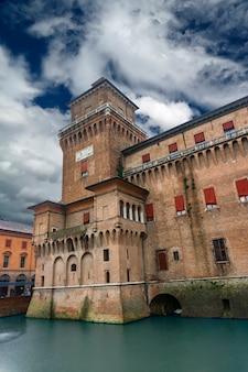 이탈리아 페라라의 castello estense에서보기