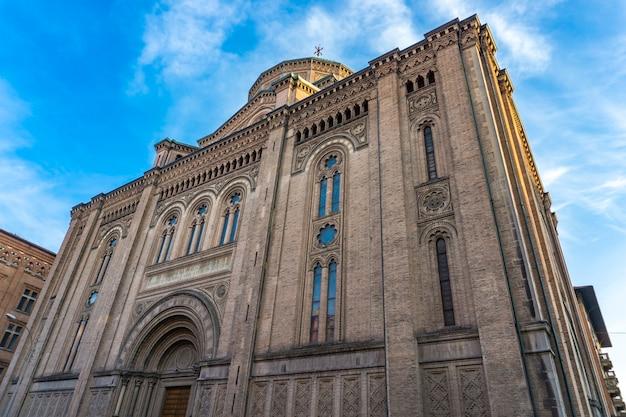 Вид на церковь святого сердца иисуса в болонье, италия