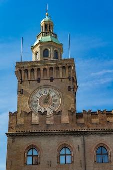 볼로냐의 palazzo comunale에있는 시계탑에서 봅니다. 이탈리아