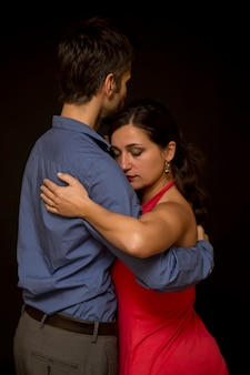 Посмотреть на пару танцоров танго
