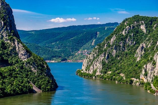 セルビアのジェルダップ峡谷としても知られる鉄門のドナウ川での眺め