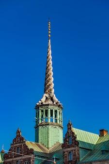 Вид на шпиль дракона на фондовой бирже в копенгагене, дания