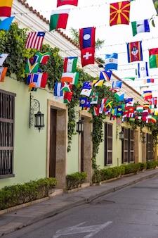 コロンビア、カルタヘナのゲツェマニの29番街にある世界の旗を見る