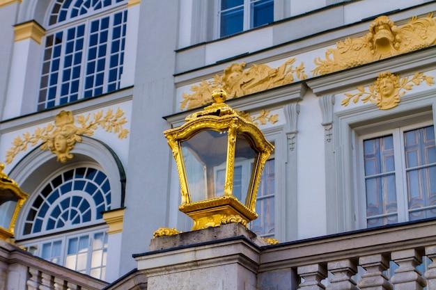 Вид на золоченую лампу дворца нимфенбург в мюнхене