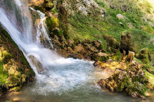 セルビアのズラティボル山のゴスティリェ滝での眺め
