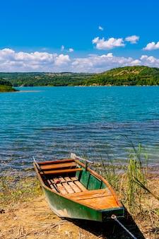 セルビア東部のザイェチャル近くのグリステ湖での眺め
