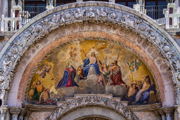 イタリア、ベニスのサンマルコ寺院にある1836年の最後の判断モザイクを見る
