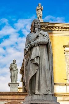Вид на памятник поэту данте алигьери на площади синьори в вероне, италия