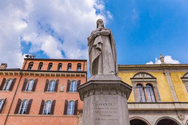 イタリア、ヴェローナのシニョーリ広場にある詩人ダンテアリギエーリの記念碑での眺め