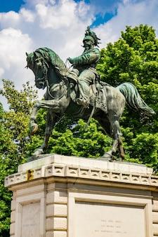 Вид на памятник витторио эмануэле второй, король италии на площади бра в вероне, италия