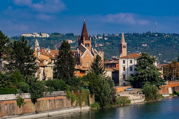 イタリア、ヴェローナのアディジェ川沿いの古い建物を見る