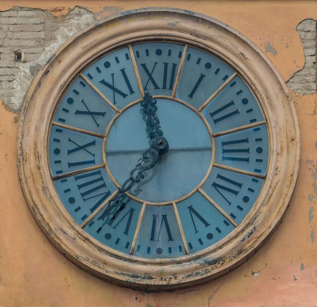 イタリア、モデナの建物の古い時計で見る