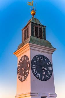 セルビアのノヴィサドにあるペトロヴァラディン要塞の古い時計塔で見る