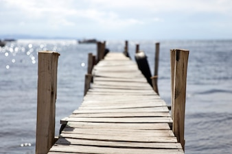 古い木製の桟橋で見る