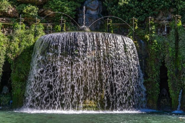 イタリア、ティヴォリのヴィラデステの楕円形の噴水で見る