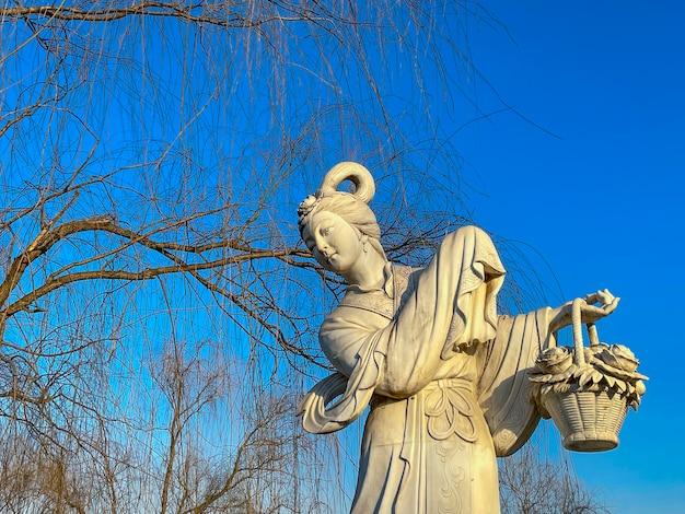 中国、北京のフラワーフェアパークにある牡丹の妖精の彫刻を見る