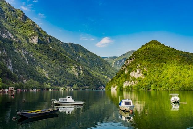 セルビアのドリナ川にあるperucac人工湖での眺め