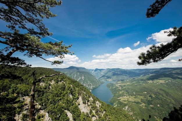 セルビアのタラ山からペルーチャック湖とドリナ川での眺め