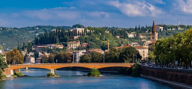 イタリア、ヴェローナのアディジェ川のポンテナビで見る