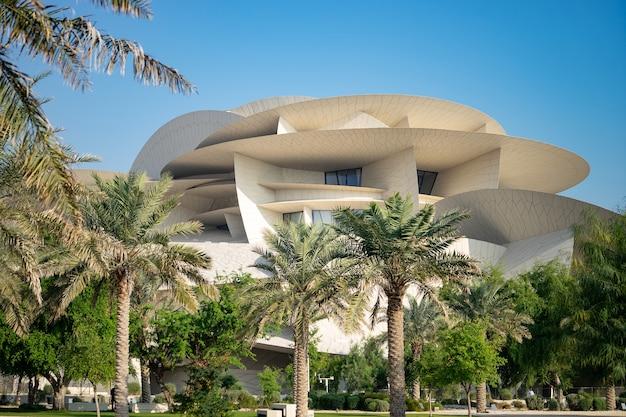 푸른 하늘이있는 카타르 국립 박물관에서보기