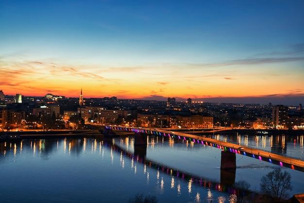 夜のセルビア、ノヴィサドのレインボーブリッジでの眺め