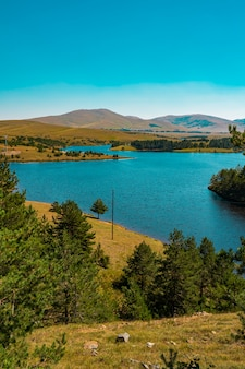 Вид на озеро рыбница на горе златибор в сербии