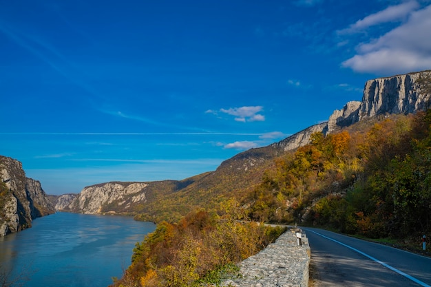 セルビアとルーマニアの国境にあるジェルダップのドナウ渓谷の道路で見る