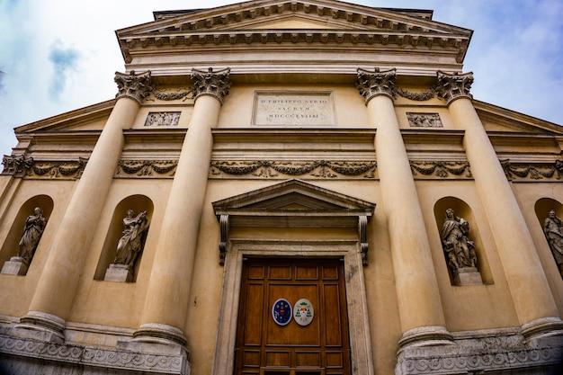 イタリア、ヴィチェンツァのサンフィリッポネリ教会で見る