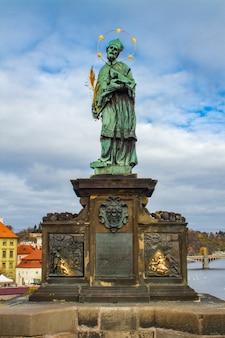 チェコ共和国プラハのカレル橋にあるネポムクのジョンの像を見る