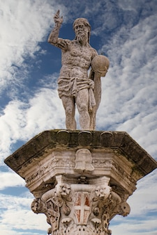 Вид на статую искупителя на площади синьори в виченце, италия, созданную антонио пиццокаро в 1640 году.