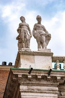イタリア、ヴィチェンツァのパラディオ大聖堂の彫像を見る