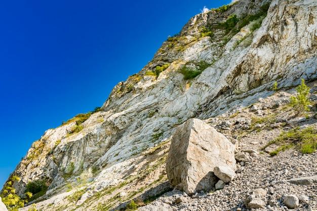 セルビアとルーマニアの国境にあるジェルダップのドナウ渓谷の石の岩を見る