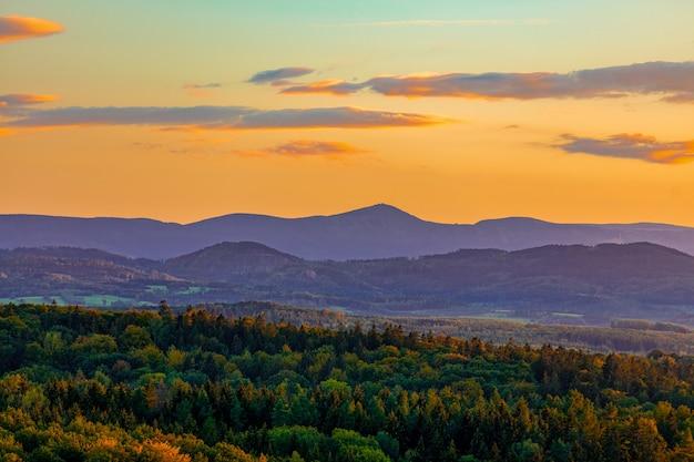 秋の日没時にズデーテン山地での眺め。