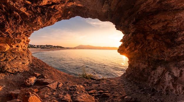 Вид на пляж хендайи из бухты рядом с пляжем в стране басков.