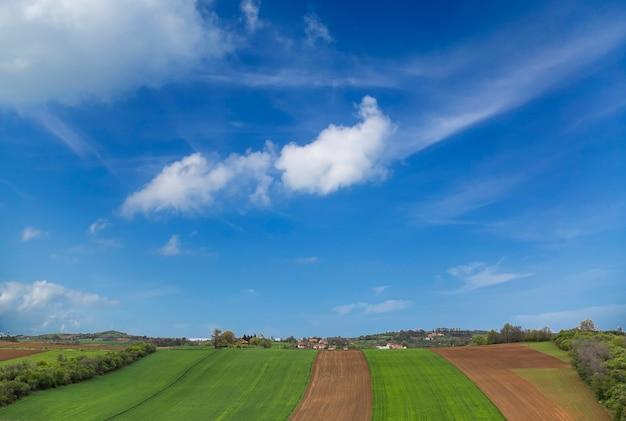Вид на сербский пейзаж с полями и небом
