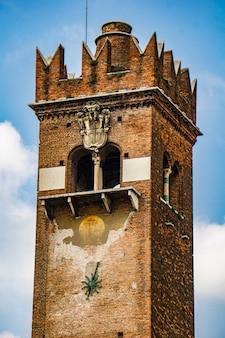 Вид на торре-дель-гарделло (башня гарделло) с xii века в вероне, италия