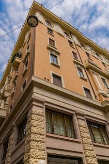 イタリア、ヴェローナの伝統的な古い建物を見る