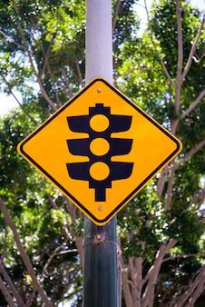 オーストラリア、シドニーの信号機の看板で見る