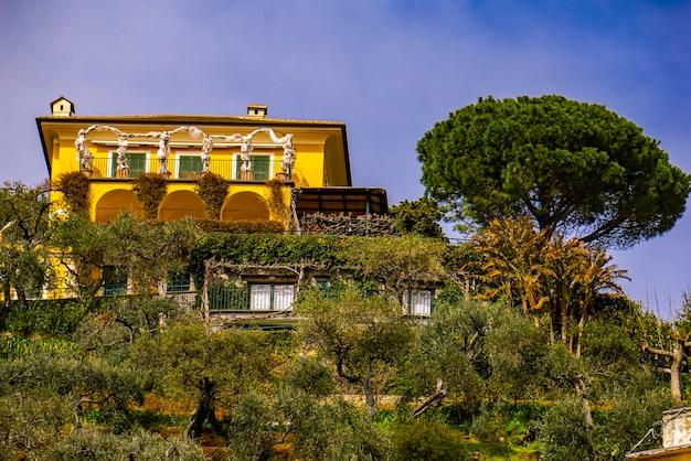 イタリア、ポルトフィーノの丘の上の別荘で見る