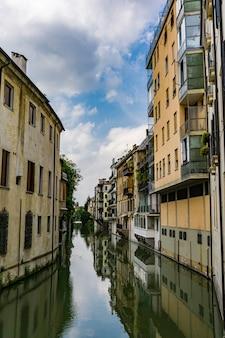 水路での眺めサンマッシモは、イタリア、パドヴァの旧市街の中心部にある住宅の間を走っています。
