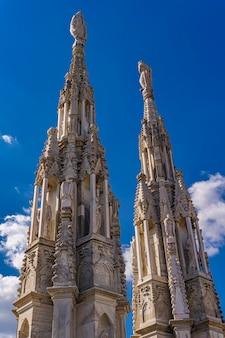 밀라노, 이탈리아에서 유명한 성당 두오모 디 밀라노의 지붕에 흰색 대리석 첨탑에서보기
