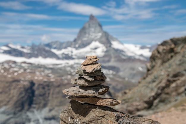 저 멀리 균형석 보기 체르마트 국립공원의 마테호른 산 풍경